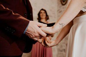 Les maries pendant la ceremonie