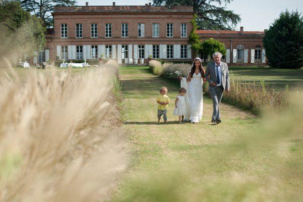 Entree de la mariee au bras de son papa devant le chateau