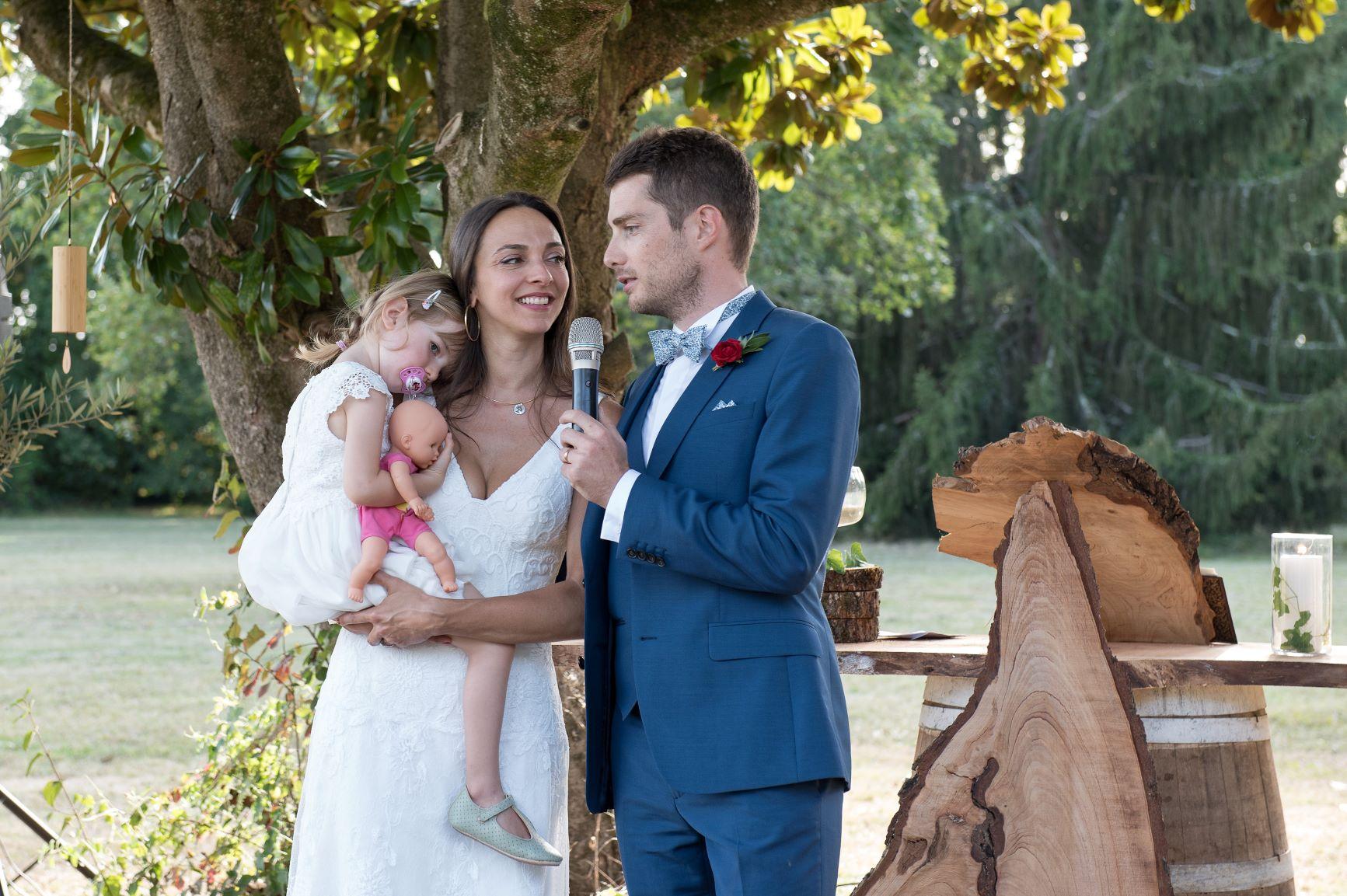 Les maries avec leur fille lors de la ceremonie symbolique de mariage