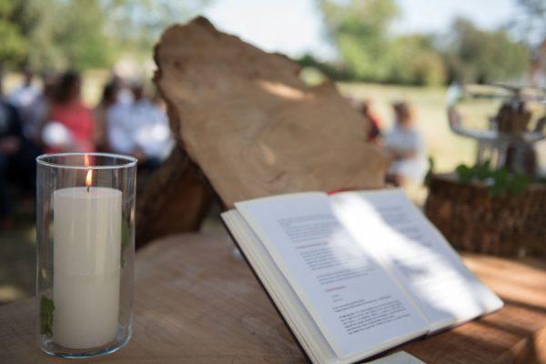 Autel en bois avec la bougie et le livre
