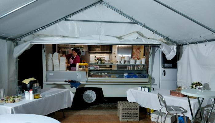 Florence en pleine installation de son foodtruck Suzette la Camionnette
