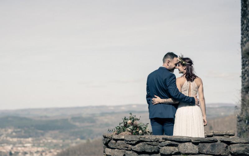 Les mariés face à la vue sur Mazamet
