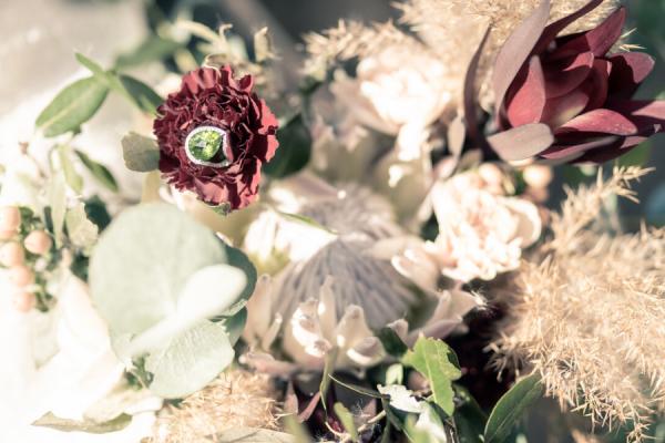 Bouquet de mariage avec une bague de fiancailles