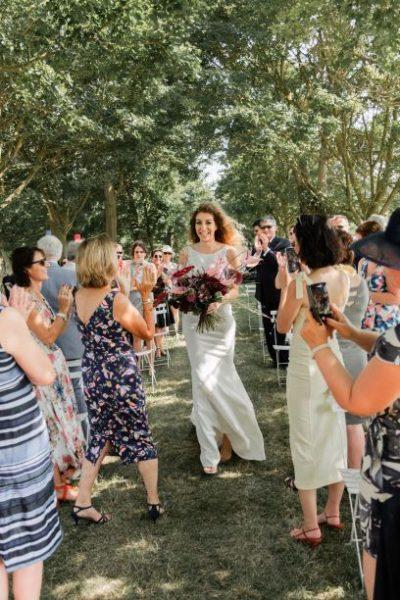 Entree de la mariee seule avec son bouquet