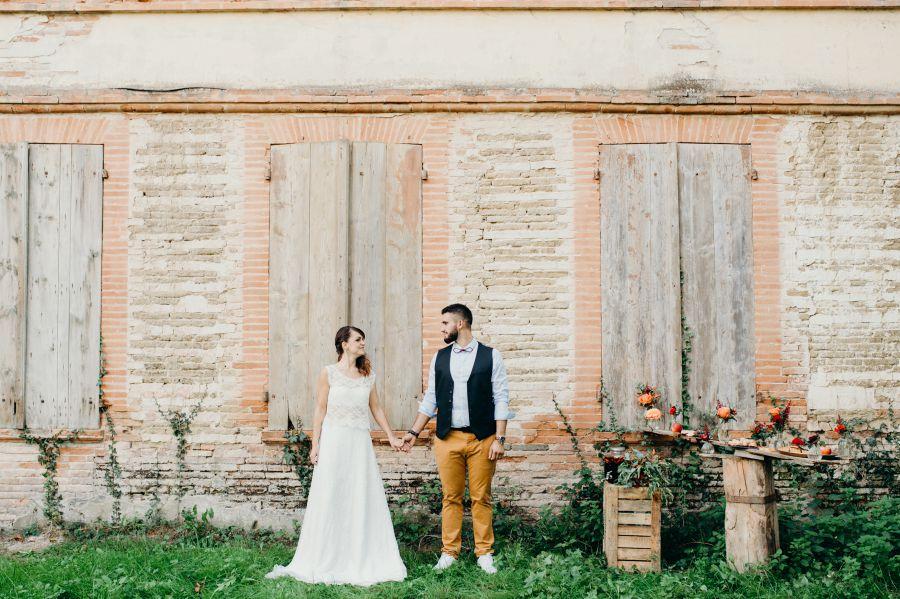 Photo de couple pour mariage d'automne cuivré dans les vignes à Toulouse